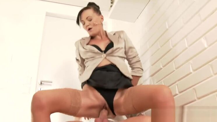 Tempting oriental Akane Mochida perfroming in pissing XXX video